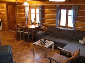 Obytná místnosti s jídelním koutem, krbem a televizí