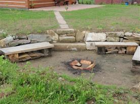 Venkovní ohniště s posezením