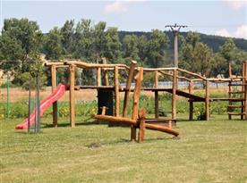Dřevěné dětské hřiště se skluzavkou a lanovkou