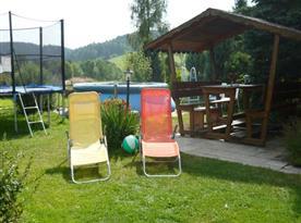 Venkovní bazén, trampolína a posezení