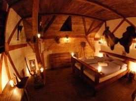 Stylově zařízený pokoj s manželskou postelí