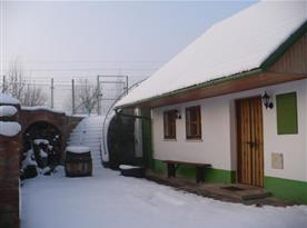 Zimní pohled na chalupu (vinný sklep)