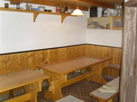 Společenská místnost se stoly a posezením