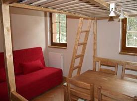 Obytná místnost  s posezením a televizí