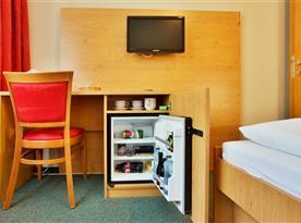 Minibar ve dvoulůžkovém pokoji