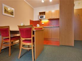 Kuchyňský kout s minibarem v apartmánu Family&Business