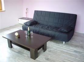 Obývací pokoj se sedačkou a konferenčním stolkem