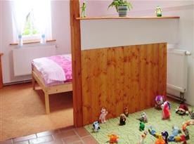 Apartmán s výhledem na zahradu -  dětský koutek v ložnici