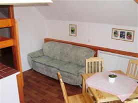 Mezonetový apartmán - jídelní kout s pohovkou