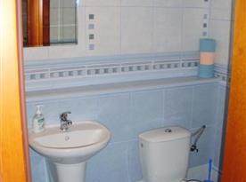 Mezonetový apartmán - koupelna se sprchovým koutem, WC a umyvadlem
