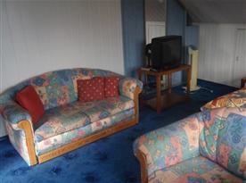 Pokoj s posezením a televizí