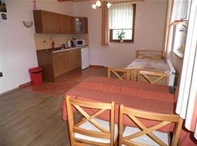 Kuchyně s jídelním koutem, televizí a lůžky