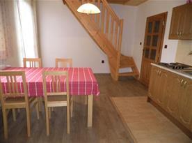 Kuchyně s jídelním koutem a se schodištěm do podkrovní ložnice