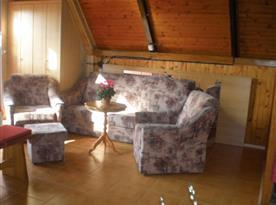 Společenská místnost se sedací soupravou