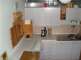 B.Kuchyň v patře