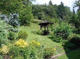 Pohled na altánek v zahradě