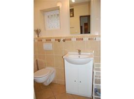 Sociální zařízení s umyvadlem, toaletou a sprchovým koutem