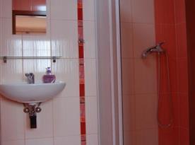 Sociální zařízení se sprchový koutem a toaletou