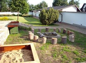 Posezení u otevřeného ohniště a zahradě objektu