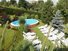 Bazén s lehátky a okrasnou zahradou