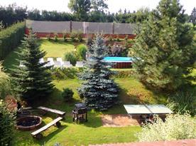 Pohled na zahradu s bazéne, ohništěm a hřištěm