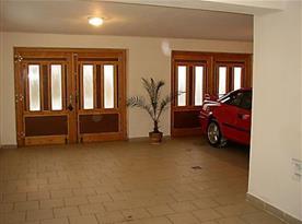 Garáž v suterénu objektu (parkování až pro 3 auta)