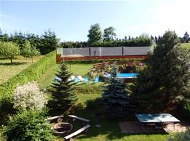 Pozemek objektu s bazénem, ohništěm, stolním tenisem a hřištěm