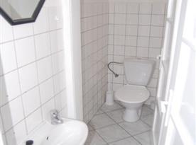 Samostatná toaleta s umyvadlem a zrcadlem