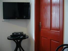 Obývací pokoj s televizí a rohovou sedačkou