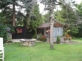 Pohled na rozkvetlou zahradu