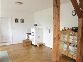 Kachlová kamna v obytné kuchyni s jídelnou a obývací částí