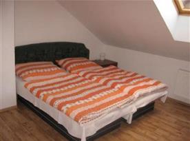 Pokoj s manželským lůžkem
