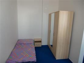 Jednolůžkový pokoj se skříní a nočním stolkem