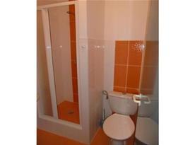 Koupelna se sprchovým koutem, umývadlem a toaletou