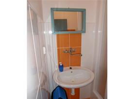 Koupelna se sprchovým koutem, umyvadlem, toaletou a zrcadlem