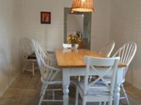 Pohled  na jídelnu s jídelním stolem a židlemi