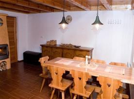 Společenská místnost s jídelním stolem
