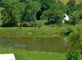 Příjemné procházky i posezení u rybníka