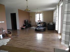 Přízemní hala s obývacím pokojem