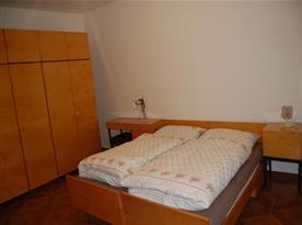 Ložnice s manželským lůžkem a velkou šatní skříní