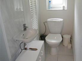 Sociální zařízení s toaletou a umyvadlem