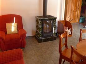 Společenská místnost se sedací soupravou, televizí a jídelním stolem