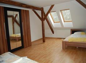 Podkrovní pokoj C s lůžky a velkou šatní skříní se zrcadlem
