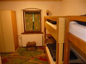 pokoj se dvěma palandami