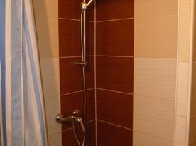 první koupelna s WC a sprchovým koutem