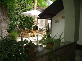 Zahradní posezení pod slunečníkem