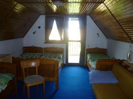 Ložnice s lůžky a balkónem