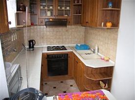 Kuchyně s lednicí, rychlovarnou konvicí a mikrovlnnou troubou