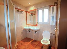 Koupelna se sprchou, toaletou a umývadly