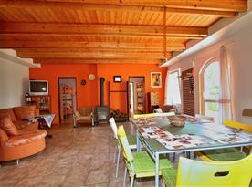 Obytná místnost s jídelním a kuchyňským koutem